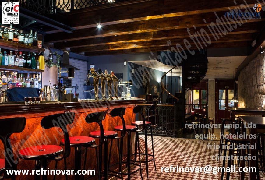 Pizzaria & Bar com balcão executado em alvenaria enquadrado perfeitamente na decoração. A Refrinovar agradece a cedência de imagens.