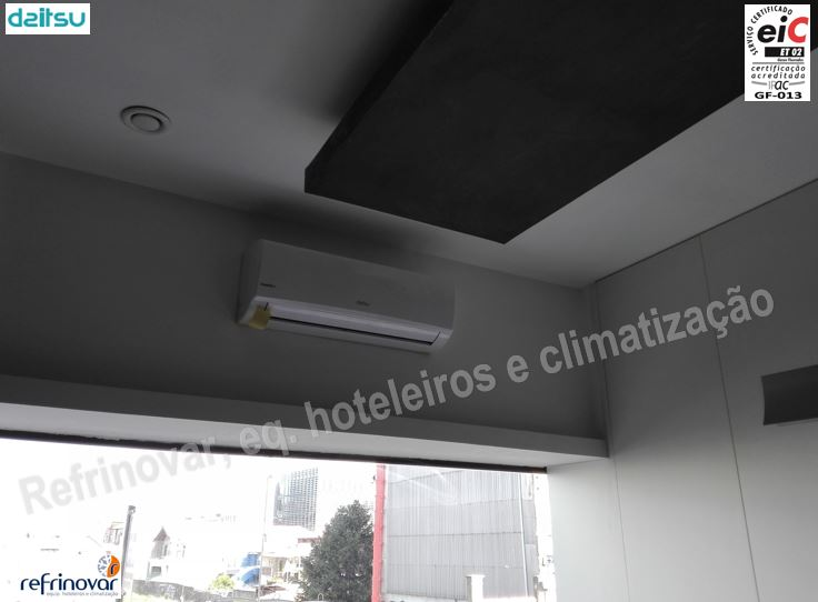 Split interior inverter da Daitsu em gabinete de reuniões, com boca de extracção exposta de chapa pré-pintada
