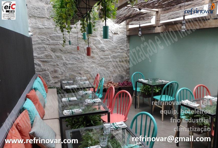 Anexo do restaurante climatizado com telhado totalmente em vidro para dar um ar harmonioso de aspecto exterior