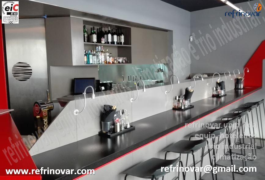 Balcão alto bar de restaurante com tampo especial para refeições
