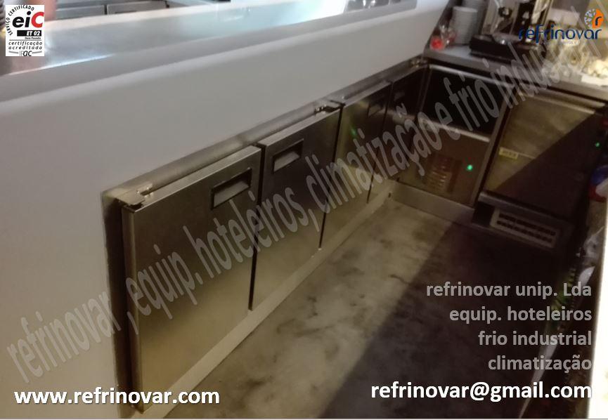 Enquadramento de uma bancada refrigerada ventilada para bebidas revestida pelos serviços decorativos do pessoal da obra