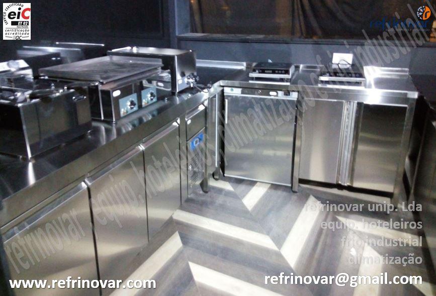 Interior Quiosque com Bancada Gastronorm, fry-top eléctrico, frigorífico baixo, porta inox