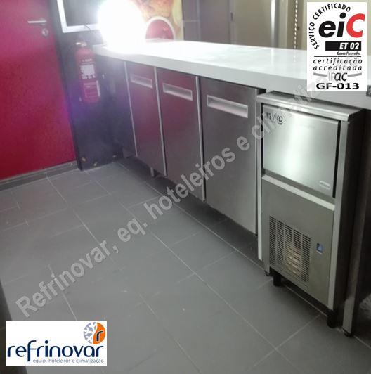 Bancada refrigerada da zona da cafetaria mais máquina de gelo da loja Ali Baba Kebab House, antes da abertura da loja.