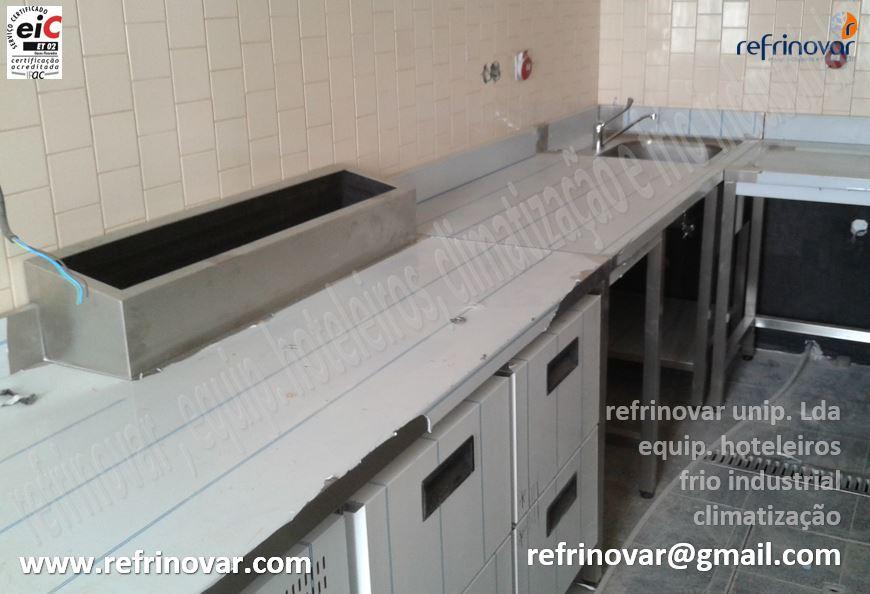 Moveis em aço inox de apoio a cozinha com bancada refrigerada de gavetas mais make alto.