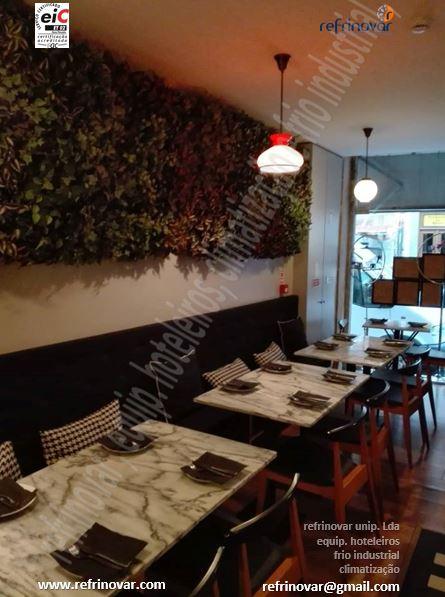 Sala de refeições com decoração vintage.