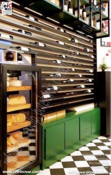 Vitrina refrigerada personalizada de queijo com o sistema frigorífico montado no local pela Refrinovar.