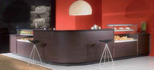 Exemplo de Montagem de Vitrines de Cafetaria Estreita uma com vidros Altos, outra com vidros Baixos, interligada com balcões baixos e altos
