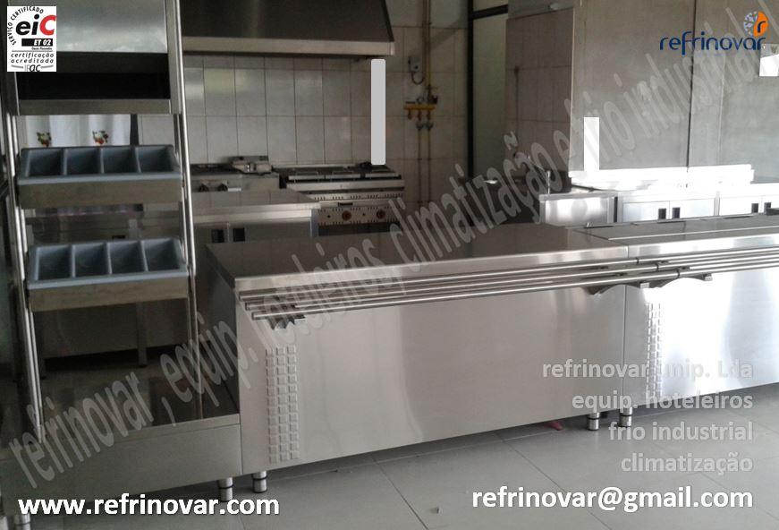 Frente de linha self-serviçe, com móvel para pão, talheres e tabuleiros, esteira de deslizamento, móvel self neutro