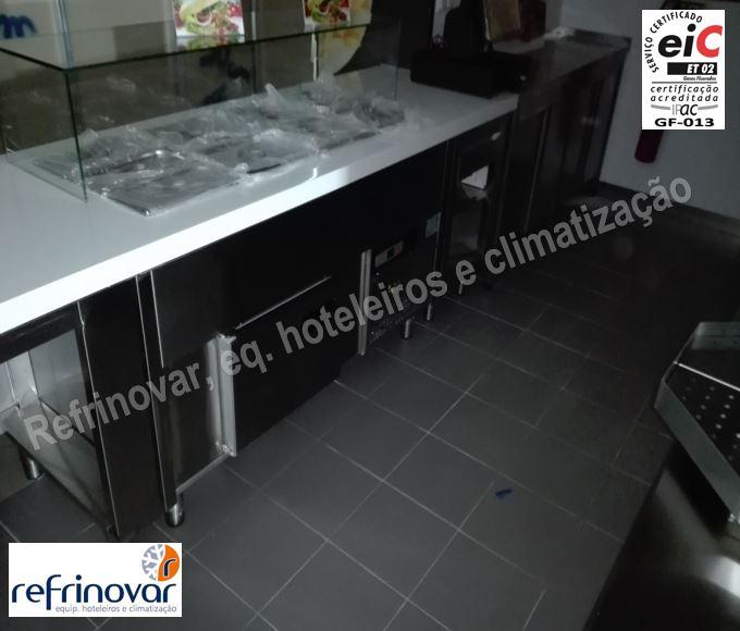 Interior do balcão principal Ali Baba Kebab House antes da abertura de loja com módulo refrigerado self, zona porta contentores refrigerados, reserva inferior refrigerada.