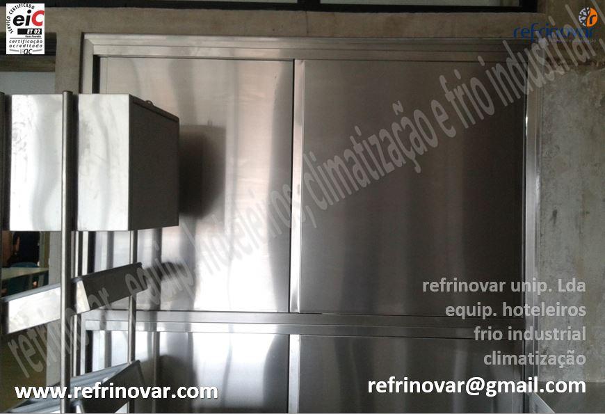 Armário inox despensa dia, adaptado no local entre paredes com portas inox deslizantes