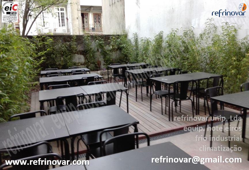 Espaço exterior para refeições, agradável e enquadrado com o urbanismo local.