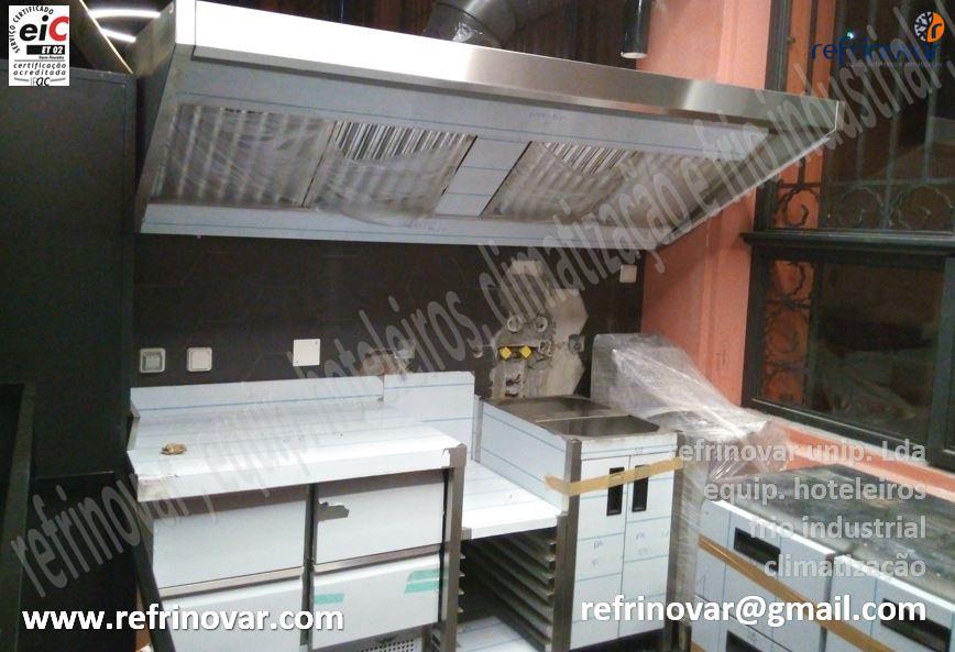 Finalização da montagem dos equipamentos inox, incluindo o sistema de extracção de fumos