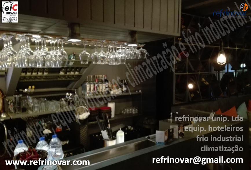 Aspecto visto de fora do bar do restaurante com suspensão de copos