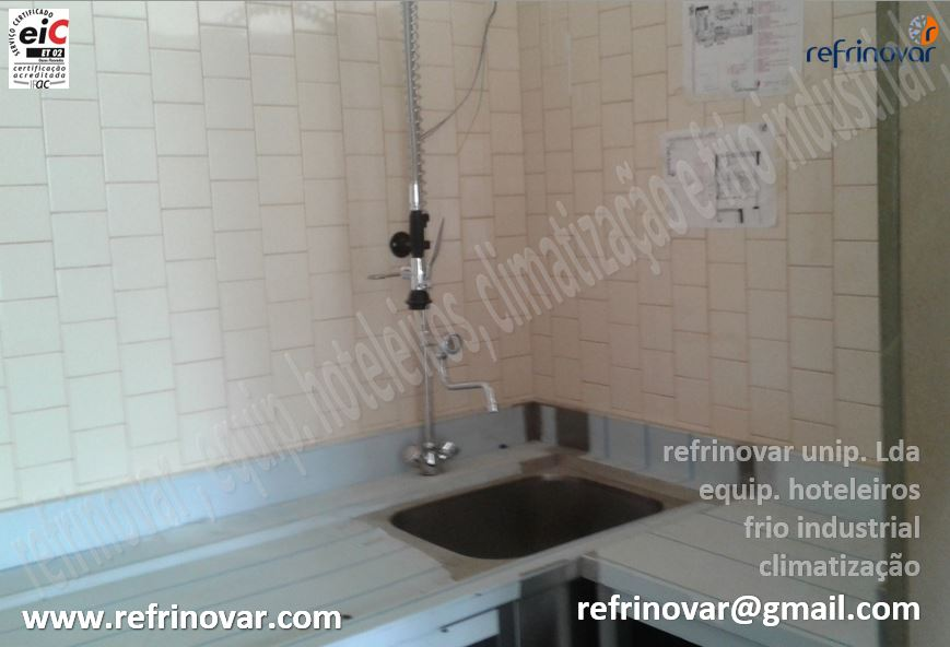 Banca inox de lavagem com chuveiro de bancada com bica para água quente e fria.