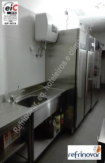 Zona de preparação com mesas em aço inox, mais armários frigoríficos industriais gastronorm.
