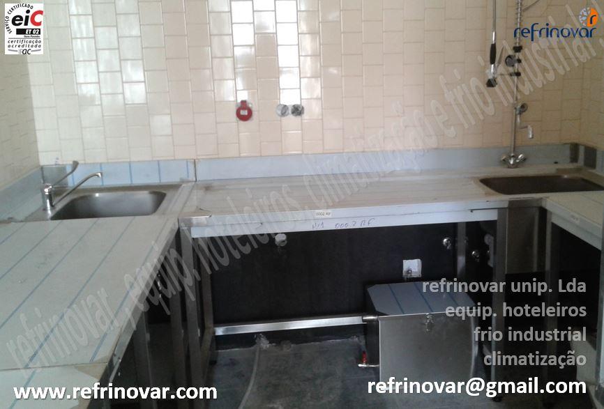 Zona de lavagem de loiça suja, com separador de gorduras, ao lado um pio gastronorm para apoio a confecção.